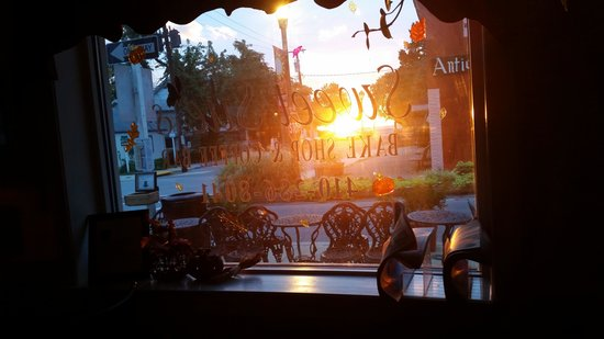 Sweet Sue's Bake Shop & Coffee Bar: Beautiful sunrise and delicious coffee.