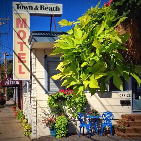 Town and Beach Motel: The front