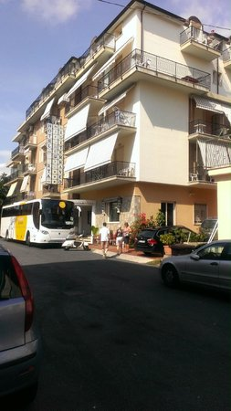 Hotel Residence Mediterraneo : Front of hotel