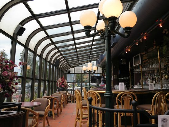 Tonquin Inn: Vista do bar.