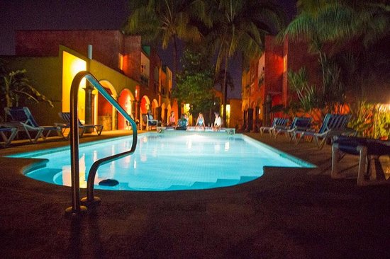 Casa Colonial: Guest enjoying a poolside evening.