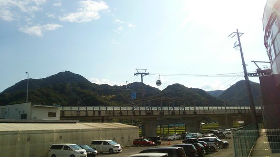 Izunokuni Panorama Park: the ropeway from the parking's view