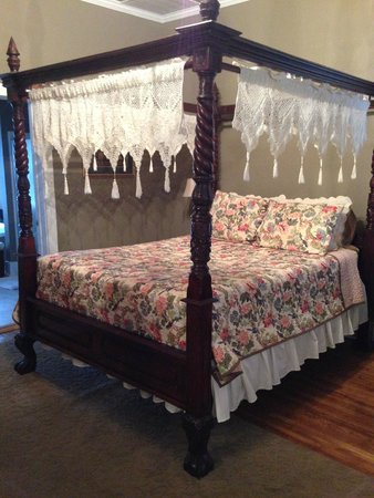 Twins Oaks Bed and Breakfast: Cama de Srta. Escarlata
