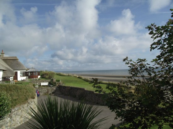 The Cottages : View from the garden overlooking the beach