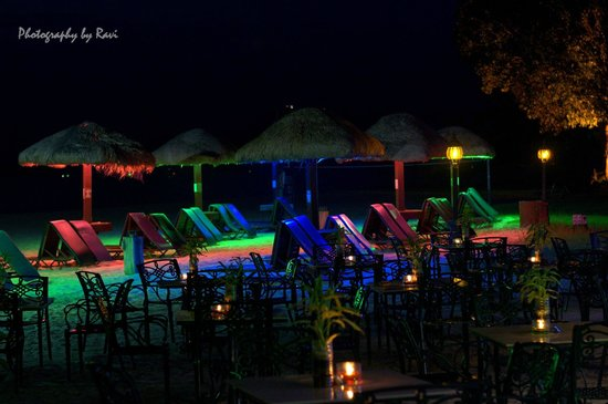 Holiday Villa Beach Resort & Spa Langkawi: View of the Beach of the hotel at night