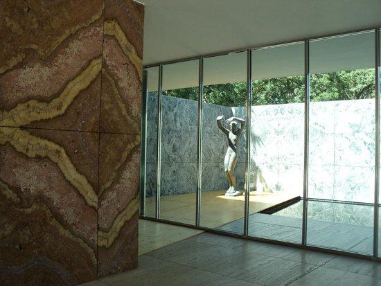 Pabellón Mies van der Rohe: la entrada al pabellón