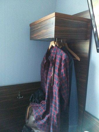 """Crestfield Hotel: Le seul """"placard"""" ou l'endroit pour ranger les affaires?"""