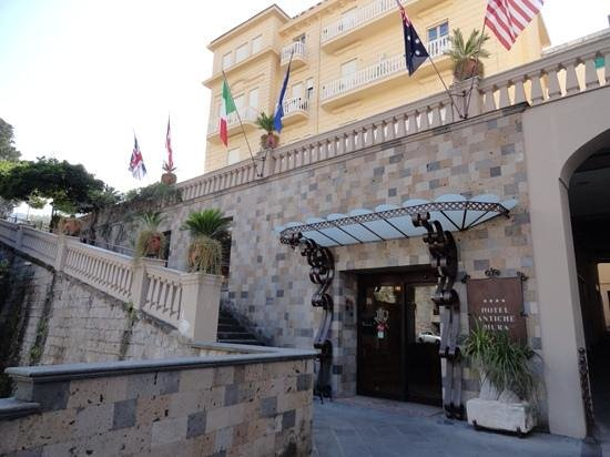 Antiche Mura Hotel: front entry to hotel