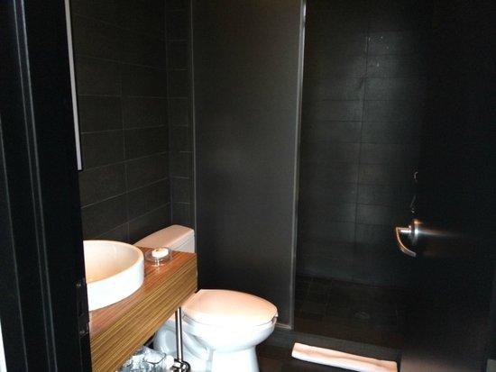 SIXTY LES: Queen Bathroom