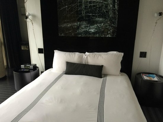 SIXTY LES: Queen bed
