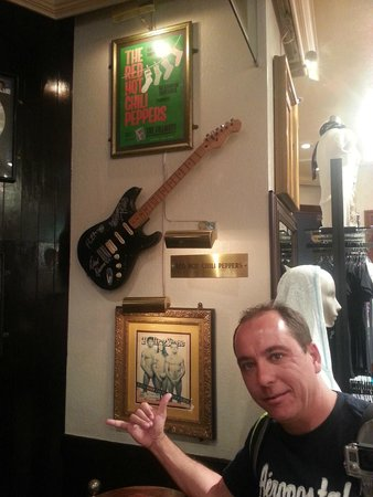 Hard Rock Cafe Universal Citywalk Osaka : Guitarra do Red Hot