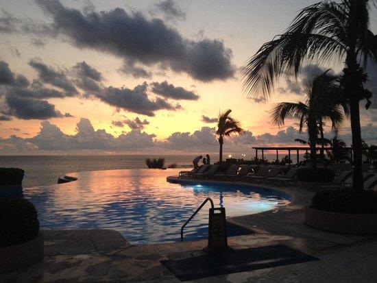 Four Seasons Resort Punta Mita: Infinity pool at sunset