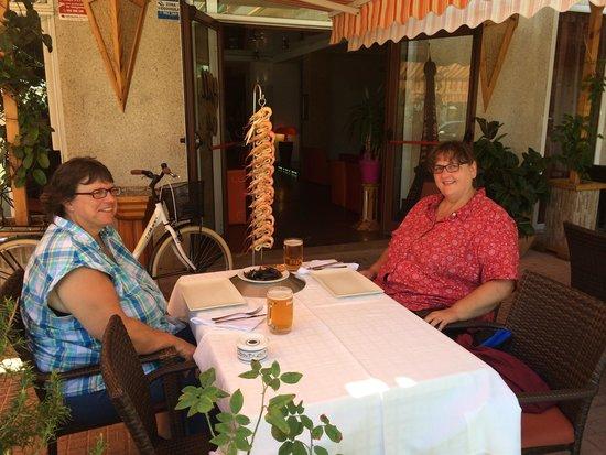 Cambrils, España: Astrid y irene comiendo la brotxa de marisco