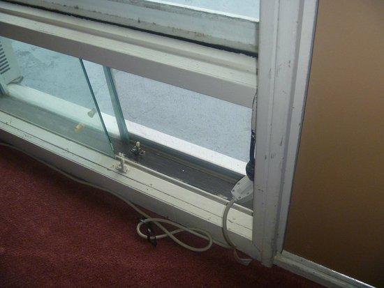 Sauble Beach Lodge: open broken window