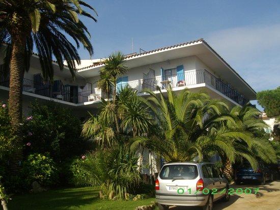 Hotel Bell Repos: Vue du jardin sur la façade