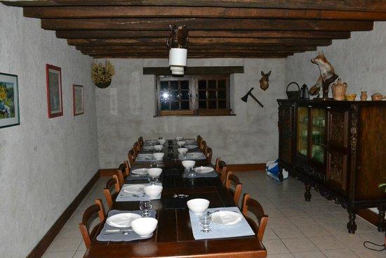 La Grange aux Herbes : la salle à manger de la chambre d'hôtes