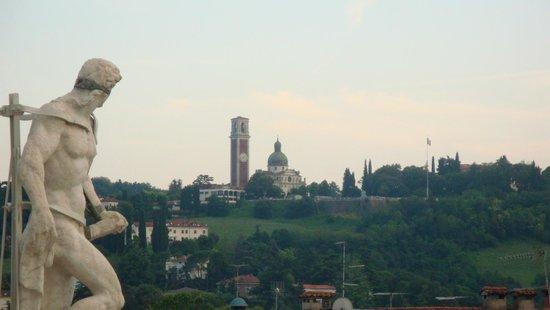 Vista di Monte Berico dalla terrazza - Foto di Basilica Palladiana ...