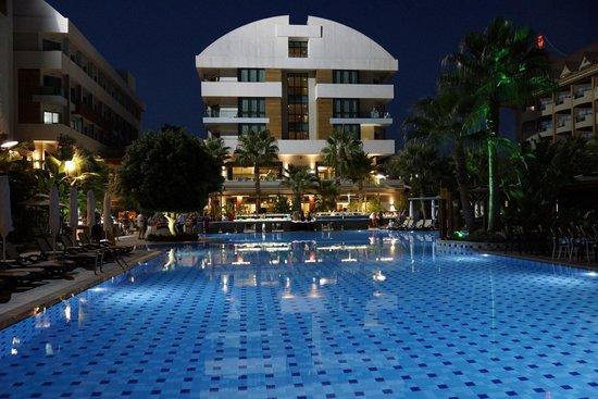 Port Side Resort Hotel: Abendstimmung am Hotel