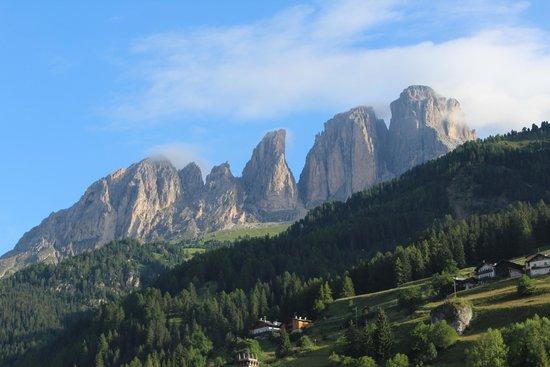 Hotel & Club Gran Chalet Soreghes: Kamer met uitzicht op de bergen