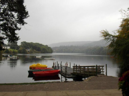 Pitlochry Boating Station Cafe: From Pitlochry Boating Station Verandah : Shower on loch