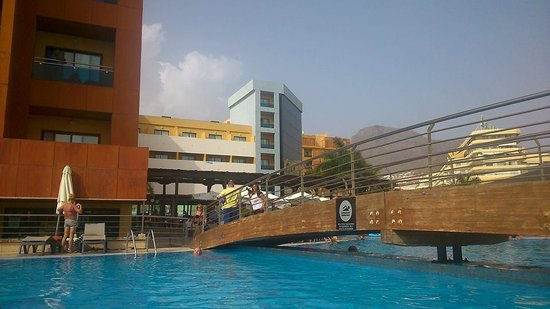 Be Live Experience La Nina: by the pool