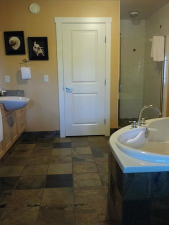 Painted Boat Resort: Master bathroom