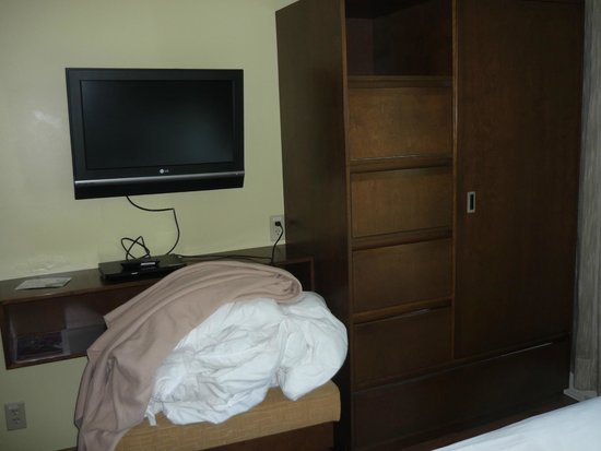 Chambre picture of hotel suites normandin quebec for Chambre hote quebec