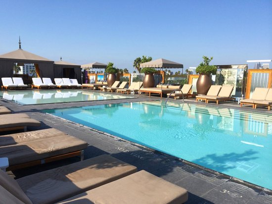 SLS Hotel, A Luxury Collection Hotel, Beverly Hills : Pool when it opens - before the scene begins