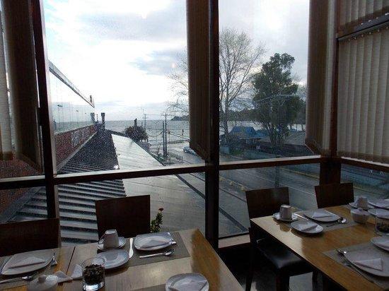 Puerto Chico Hotel: Vista del lago desde el desayunador.