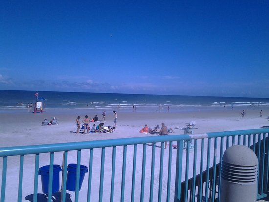 Boardwalk Inn and Suites: pool area looking twards beach