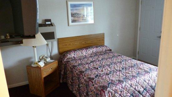 Budget Host Inn Manistique : Tiny room