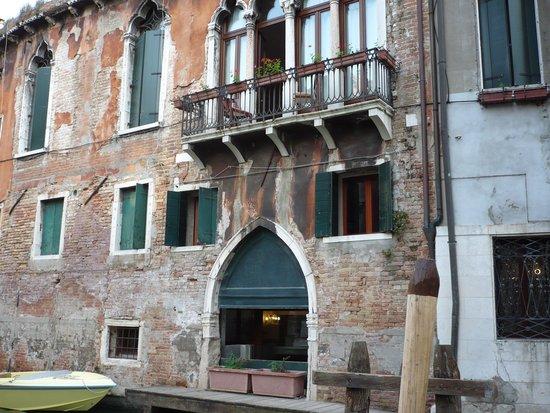 Hotel San Moise: Façade sur le canal