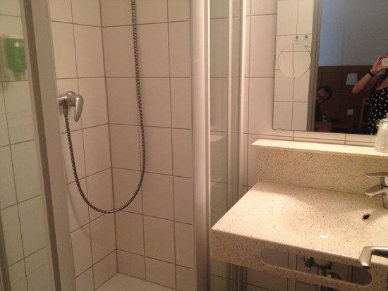 Comfort Hotel Strasbourg Ouest : The bathroom