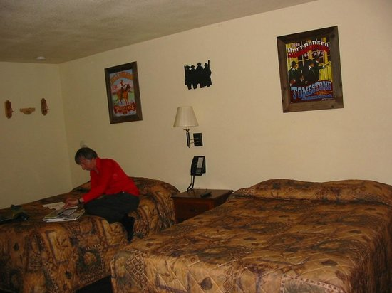Budget Host Inn Tombstone: twin bed room opp reception