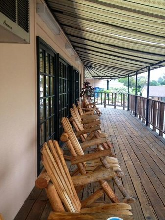 Peach Tree Inn: observation deck off main building