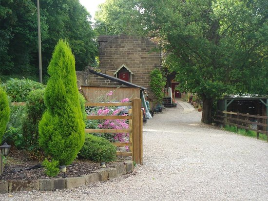 Holmefield Guesthouse: car parking entrance