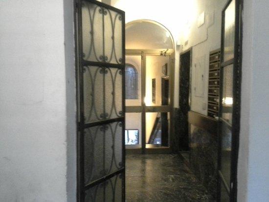 Hotel Giubileo: entrada edificio de nuestra habitación
