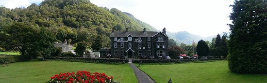 Borrowdale, UK: The front of hotel from the dog walking area