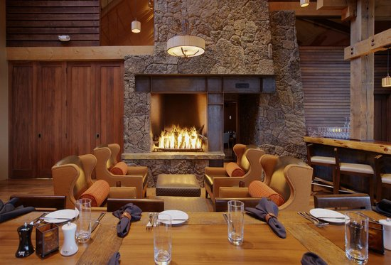 Range Restaurant and Bar: The fire place at Range creates a comfortable atmosphere.