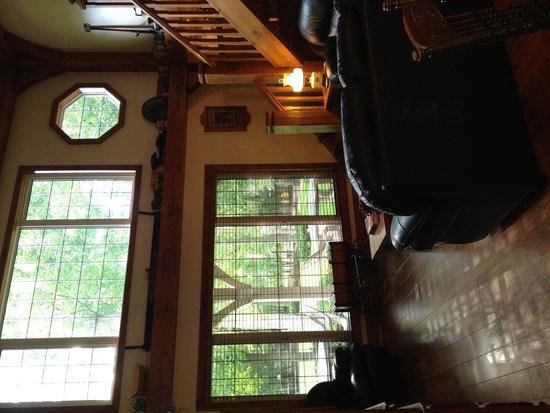 Leisure Estates Bed & Breakfast Retreat : Main Livingroom view to backyard