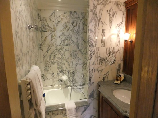 Chambiges Elysees Hotel: Marble Bathroom