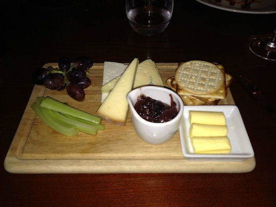 The Mallyan Spout Hotel : This is a proper cheese board !
