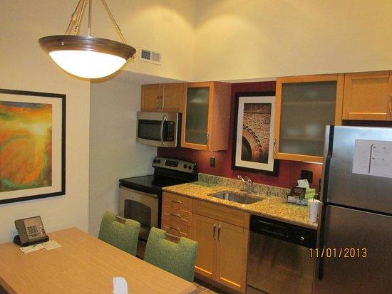 Residence Inn St. Petersburg Clearwater: kitchen