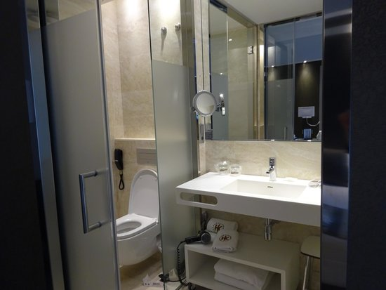 Catalonia Square: Bright and well appointed bathroom