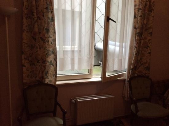Hotel-Restaurant Franky : Ons uitzicht en de venster ging niet verder open
