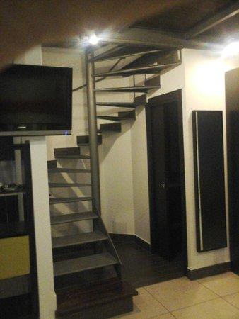 Residenza Pizzofalcone: Escalera al piso superior