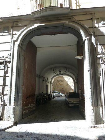 Residenza Pizzofalcone: Puerta de entrada al edificio