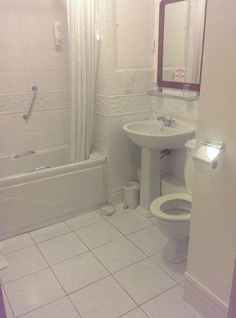 Maldron Hotel Pearse Street: Bathroom