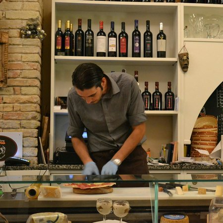 INU Sardinian Wine Bar : Preparing the meat and cheese with the utmost of care.