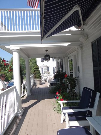 Kennebunkport Inn: Front porch of hotel